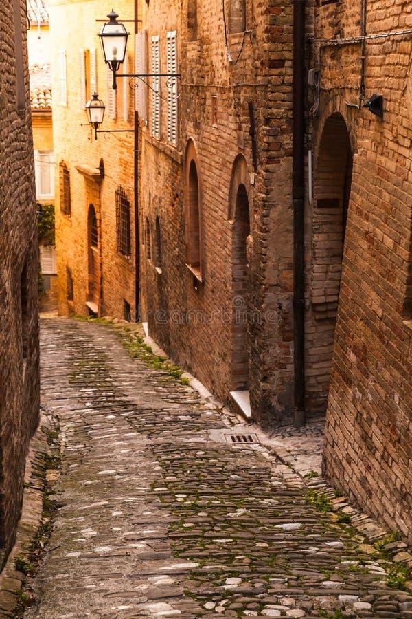 La position italienne verticale de rue, chauffent la photo modifiée la tonalité photo libre de droits