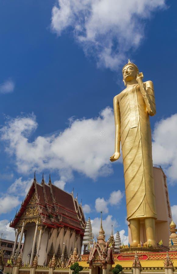 La position la plus grande de Bouddha de statue publique d'imagae au temple Roiet, Thaïlande de Burapapiram de wat photographie stock libre de droits