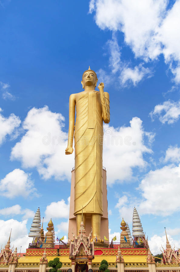 La position la plus grande de Bouddha de statue publique d'imagae au temple Roiet, Thaïlande de Burapapiram de wat photos stock