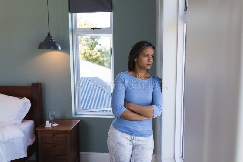 La position supérieure de femme avec des bras a croisé à la maison photo libre de droits