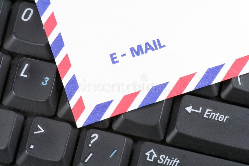La poste aérienne de clavier et enveloppent photo stock