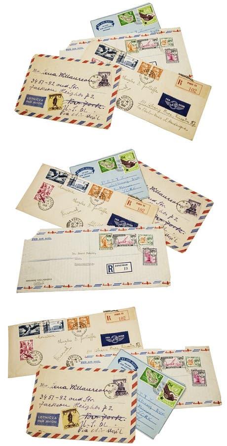 La poste aérienne enveloppe le collage d'isolement étranger de timbres photos stock