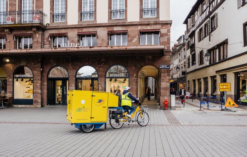 La Poste kurirleverans som rider den elektriska cykeln arkivfoto