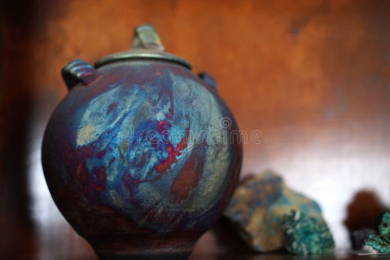 La poterie de Raku semble allumée de images stock