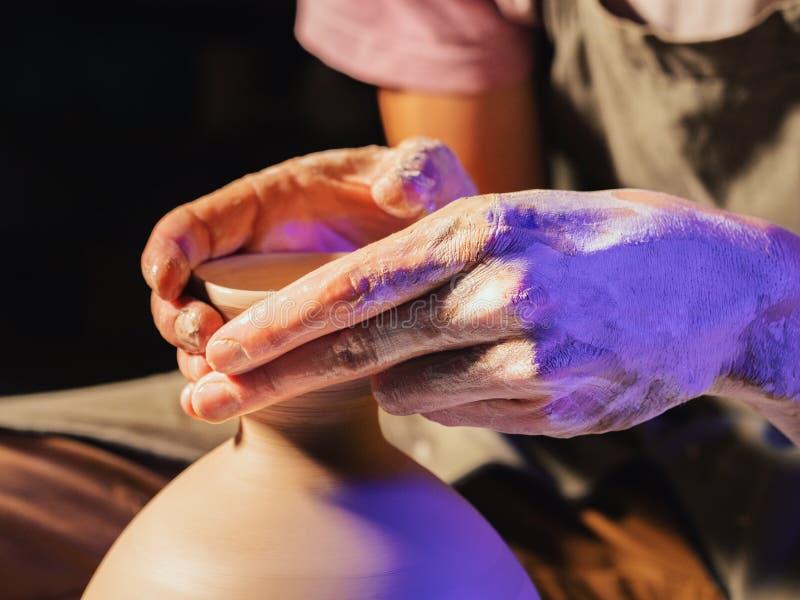 La poterie traditionnelle faisant, professeur d'homme montre les fondements de la poterie dans le studio d'art L'artiste actionne image libre de droits
