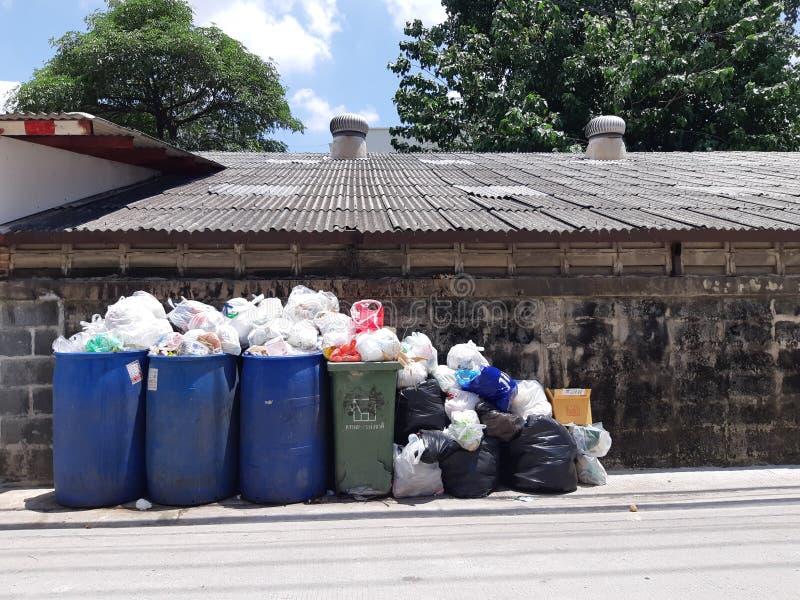 La poubelle débordant avec des déchets , Bangkok , la Tha?lande 12h30 Jun-22-2019 image libre de droits