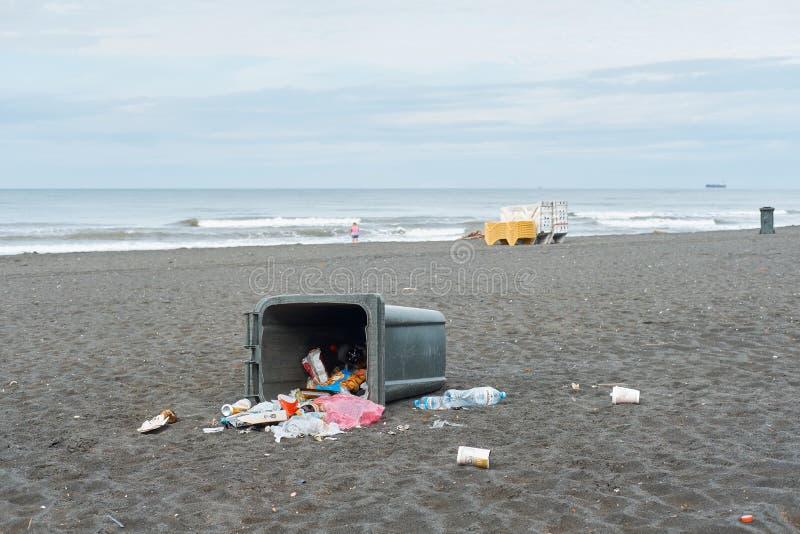 La poubelle sur la plage image stock