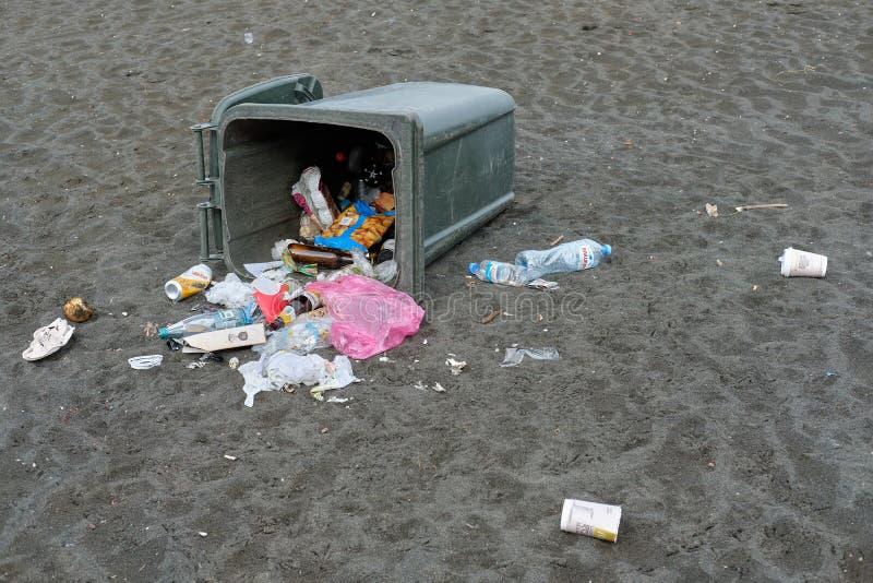 La poubelle sur la plage image libre de droits