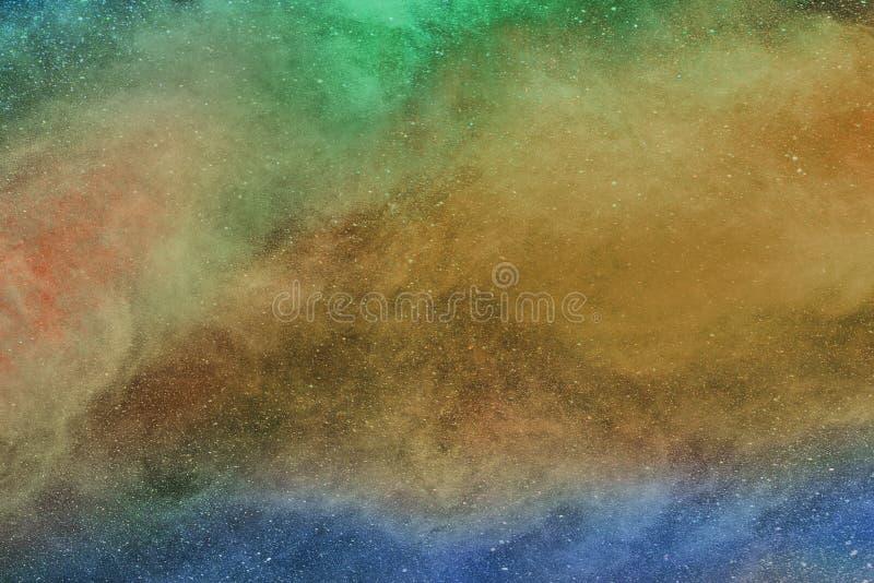 La poudre, la brume, la fumée ou le brouillard multicolore est étendre de mouche dans le plein espace d'air photos libres de droits
