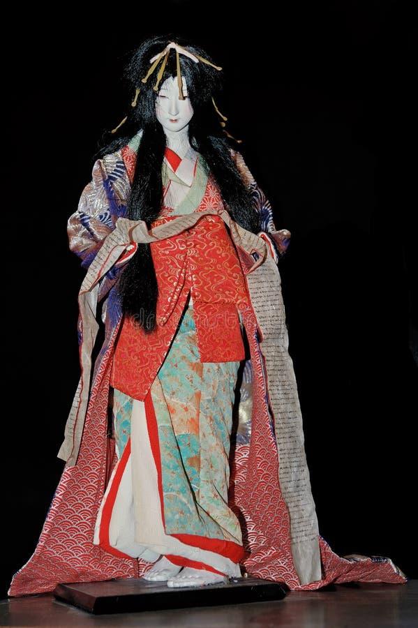 La poupée du geisha dans le kimono traditionnel photo stock