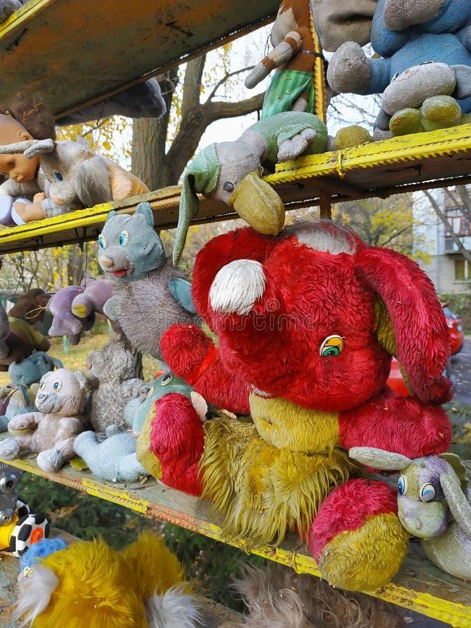 La poupée sale de plushie d'éléphant a bourré la marionnette au bureau de jouet photographie stock libre de droits