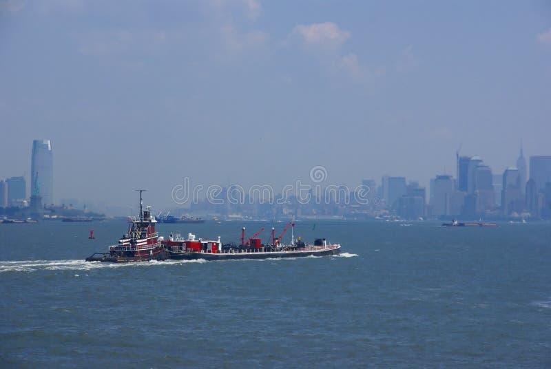 La poussée de remorqueur barge dedans le port de New York, images stock