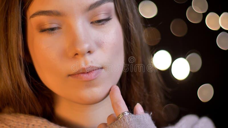 La pousse de plan rapproché de la jeune jolie brune caucasienne femelle avec ses yeux a clôturé être joyeuse et détendue avec des photos stock