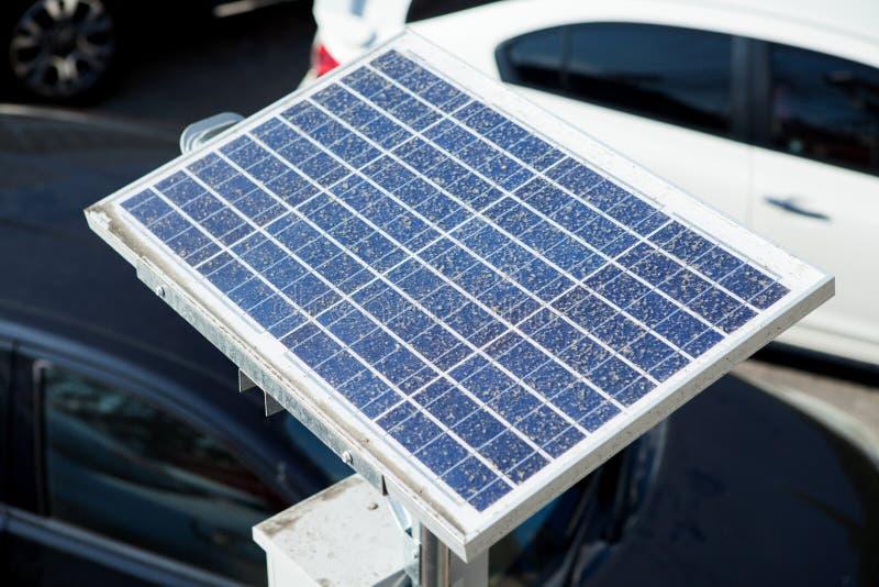La poussière sale sur les panneaux photovoltaïques solaires images stock