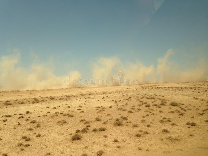 La poussi?re soulev?e en voiture, flottant dans le d?sert jordanien image stock