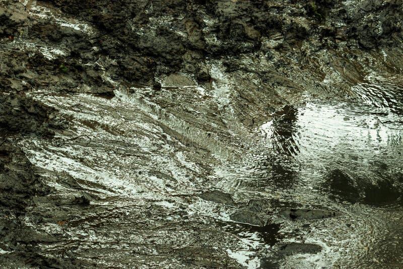 La précipitation de l'eau par les criques noires de sol images libres de droits