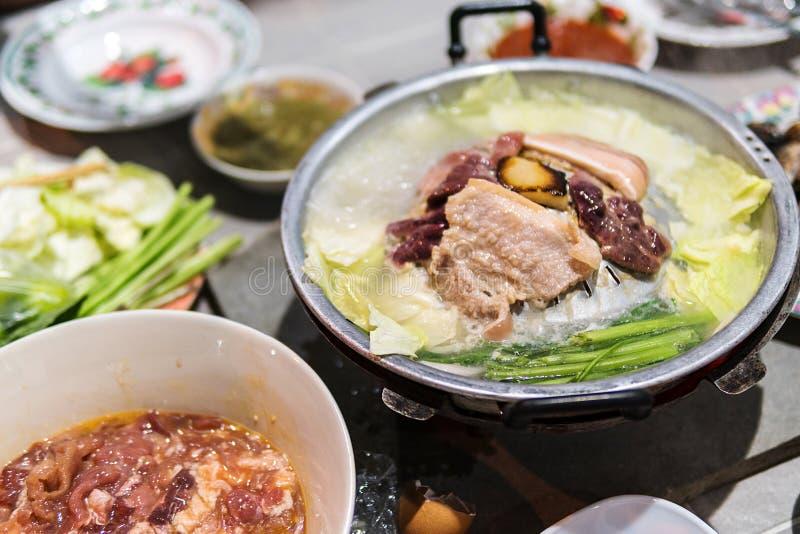 La préparation alimentaire et sur le gril sont porc et foie de porc, aussi bien que de divers légumes photographie stock libre de droits