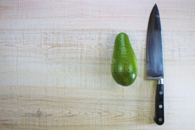 La préparation de sushi dans la cuisine, la coupe verte d'avocat d'ingrédients frais dans la moitié avec une algue et le blanc on image stock