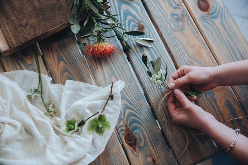 La préparation du bonbonniere Fleuriste, épousant la préparation image stock