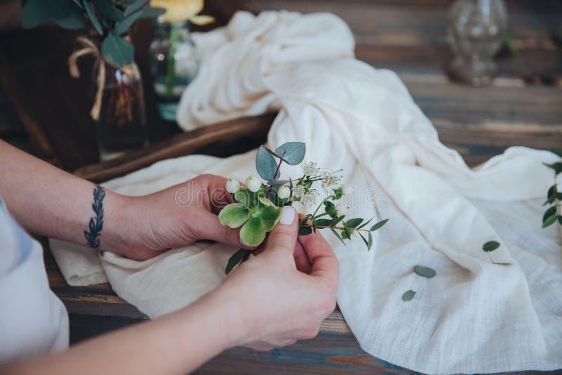 La préparation du bonbonniere Fleuriste, épousant la préparation photo libre de droits
