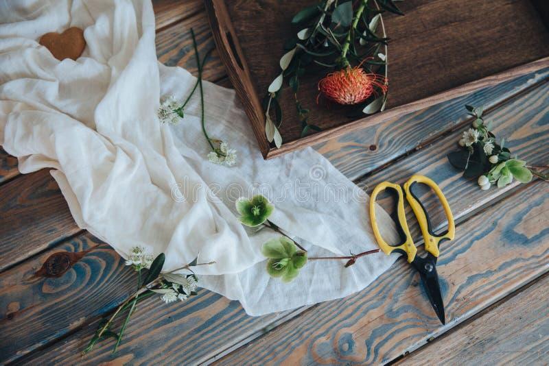 La préparation du bonbonniere Fleuriste, épousant des préparations image stock