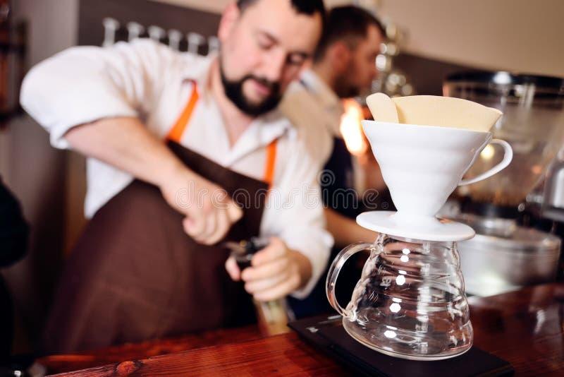 La préparation versent au-dessus du café image stock