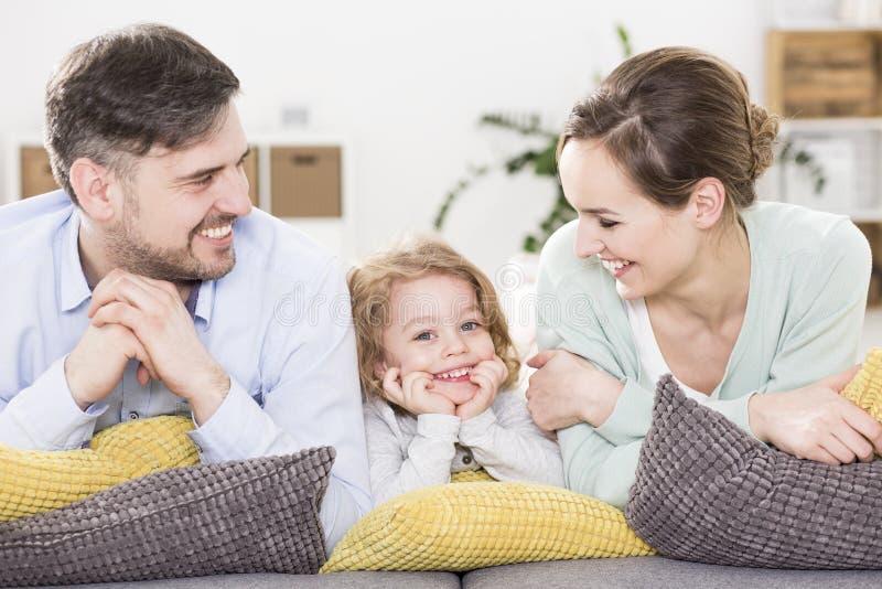 La présence d'un enfant apporte la joie déchainée photo libre de droits