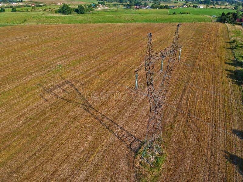 La présentation de la ligne électrique tour en acier en nature avec les prés et la forêt, vue aérienne image stock
