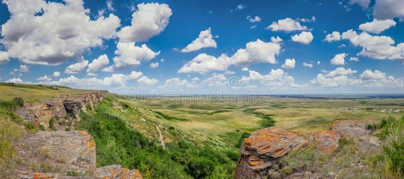 La pradera canadiense en Cabeza-Romper-en el búfalo salta en Alberta meridional, Canadá foto de archivo libre de regalías