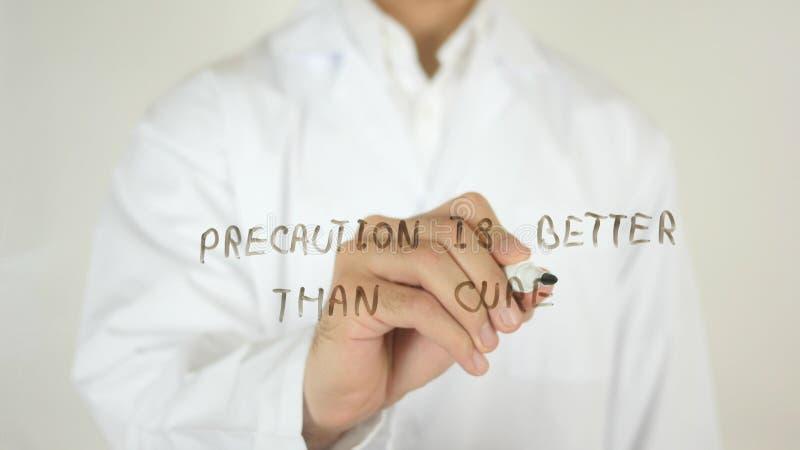 La precauzione è migliore della cura, scritta su vetro fotografia stock libera da diritti