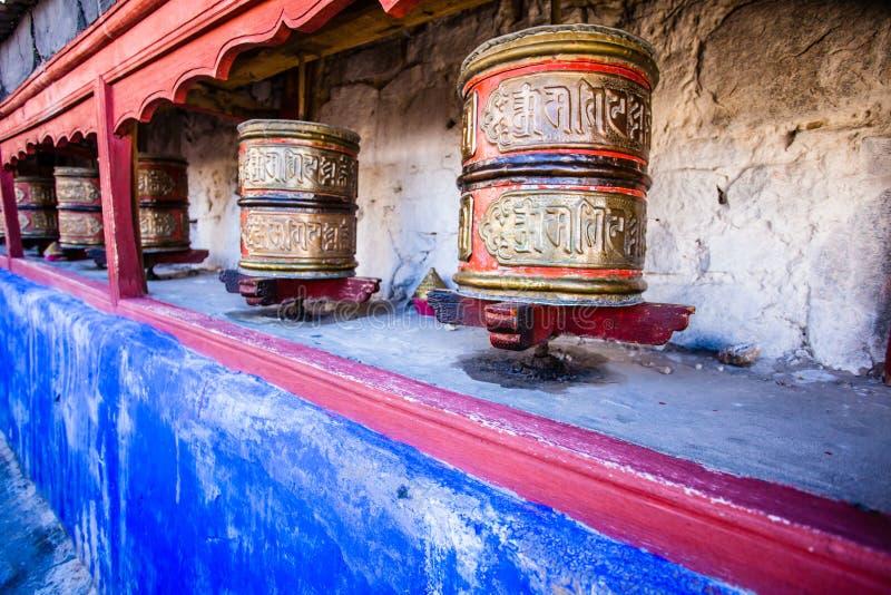 La preghiera buddista spinge dentro il monastero tibetano con il mantra scritto. L'India, Himalaya, Ladakh fotografia stock