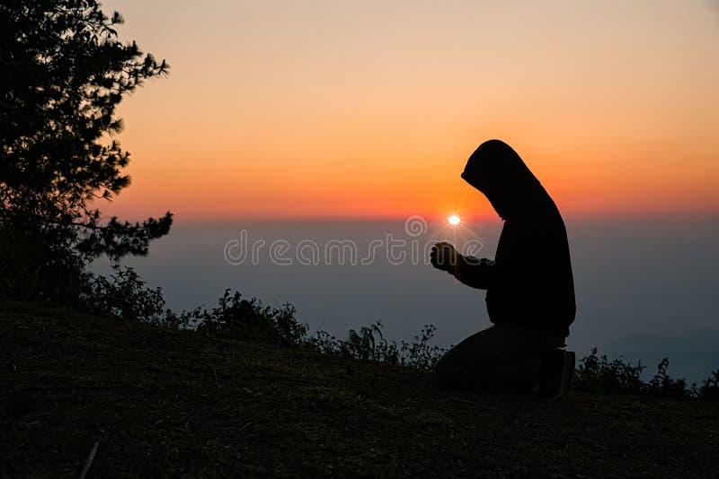 La preghiera manuale dell'uomo cristiano Siluetta fotografia stock libera da diritti