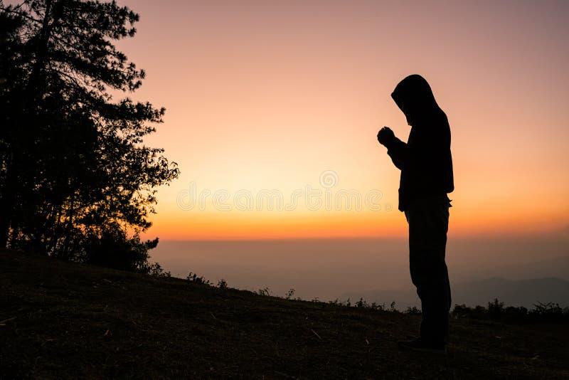 La preghiera manuale dell'uomo cristiano Siluetta fotografia stock