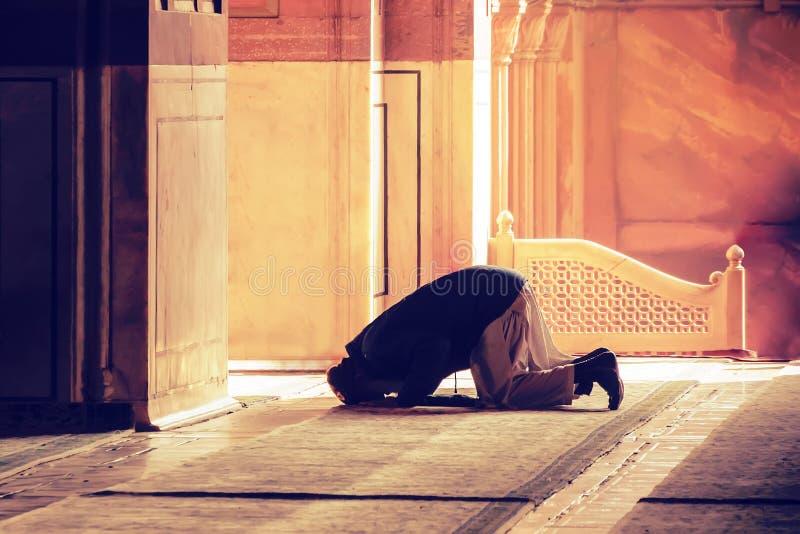 La preghiera musulmana per il dio nella moschea immagine stock libera da diritti