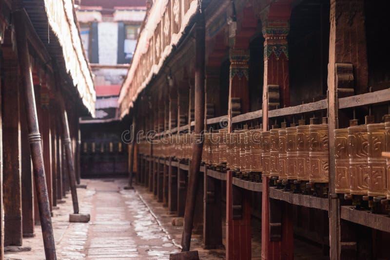 La preghiera spinge dentro il tempio di Jokhang fotografia stock libera da diritti