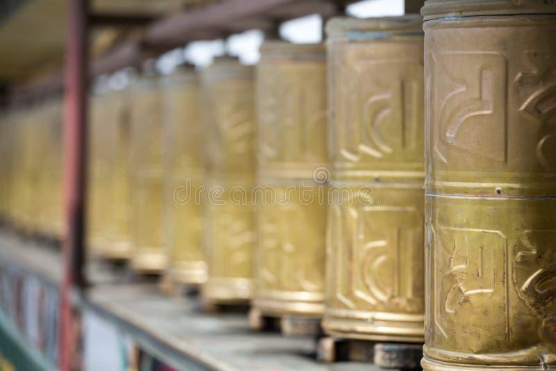 La preghiera spinge dentro in Lhasa Monastery fotografia stock libera da diritti