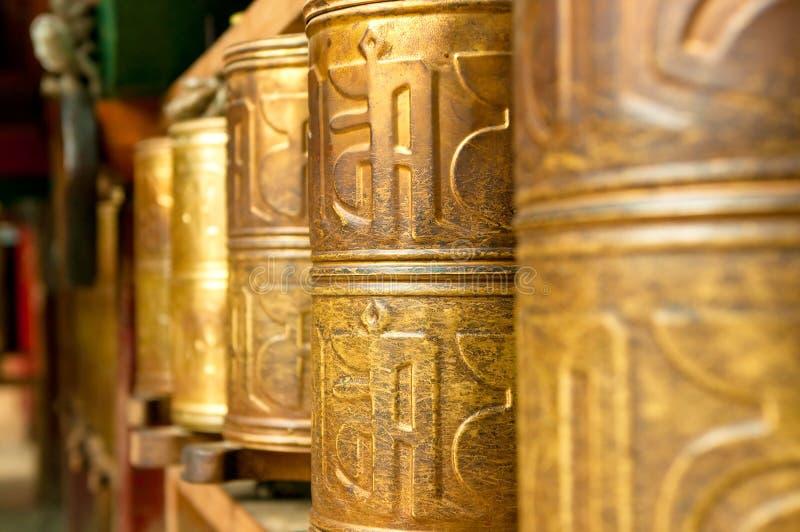 La preghiera tibetana spinge dentro il monastero di songzanlin fotografia stock