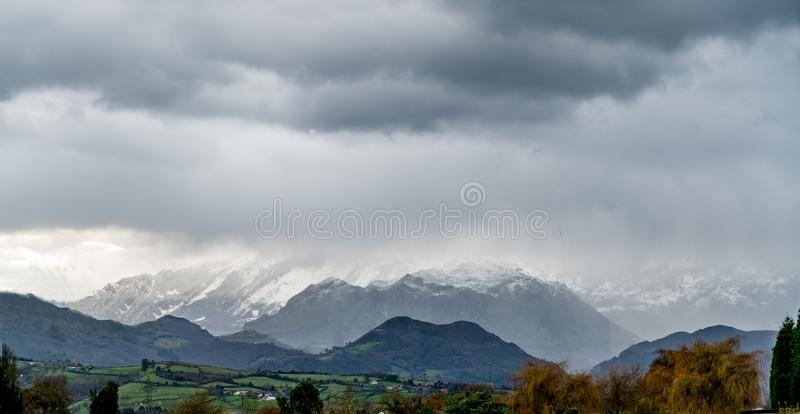 La première neige dans les montagnes photos stock