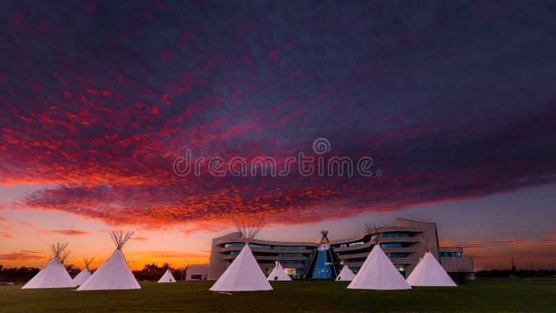La première université de nations du Canada au coucher du soleil images stock