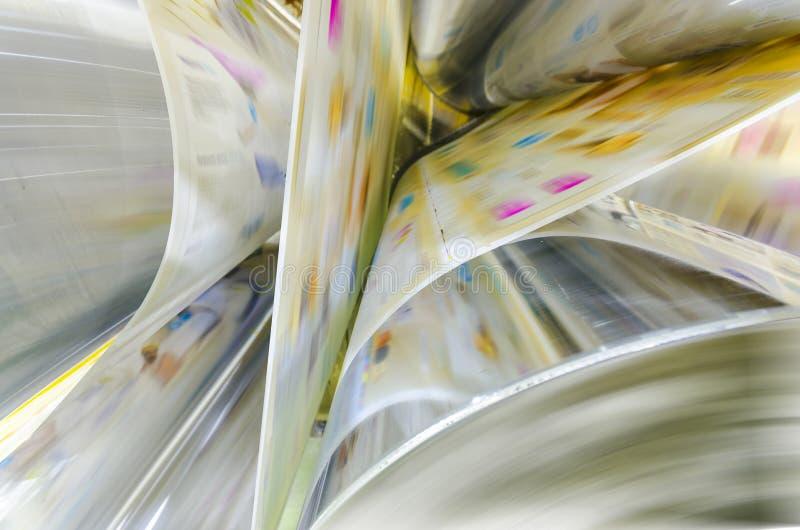 La prensa de la impresión en offset de Webset que corre un largo cae el pape imagen de archivo libre de regalías