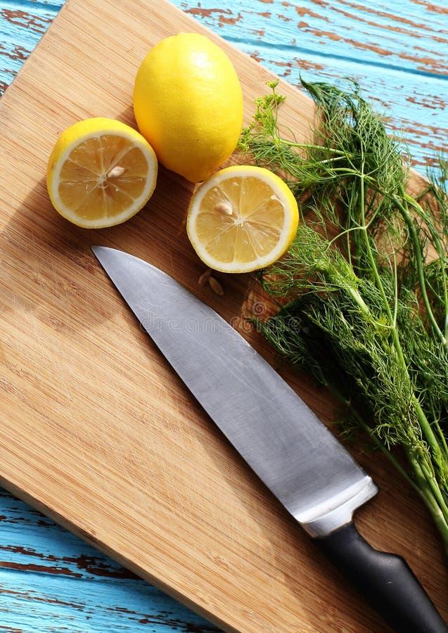 La preparación de la comida para la ensalada de la salsa por el ingrediente es limón y coriandro en el bloque de madera fotografía de archivo