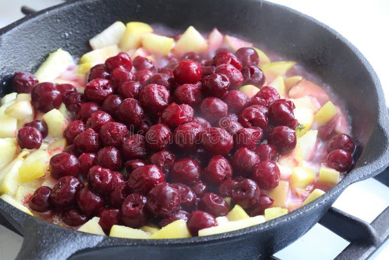 La preparación del es empanada de la Apple-cereza (el milhojas) foto de archivo libre de regalías
