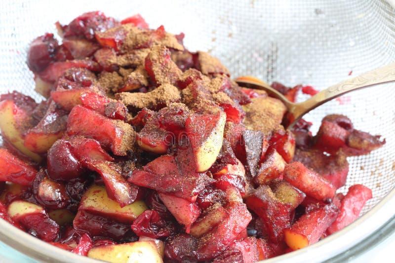 La preparazione dell'è torta della Apple-ciliegia (strudel) fotografia stock