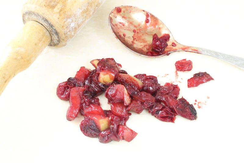 La preparazione dell'è torta della Apple-ciliegia (strudel) fotografia stock libera da diritti