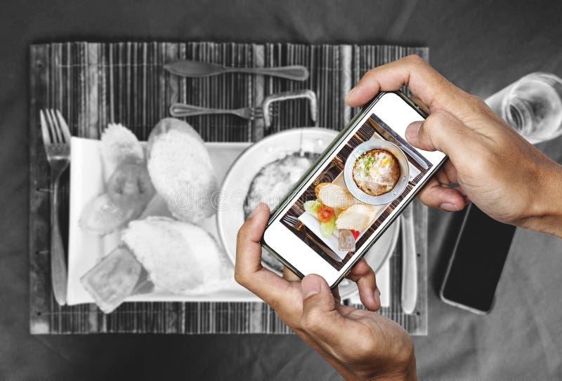 La presa della fotografia dell'alimento della pentola casalinga eggs il pane fritto e tostato, vista superiore dallo Smart Phone, fotografia stock libera da diritti