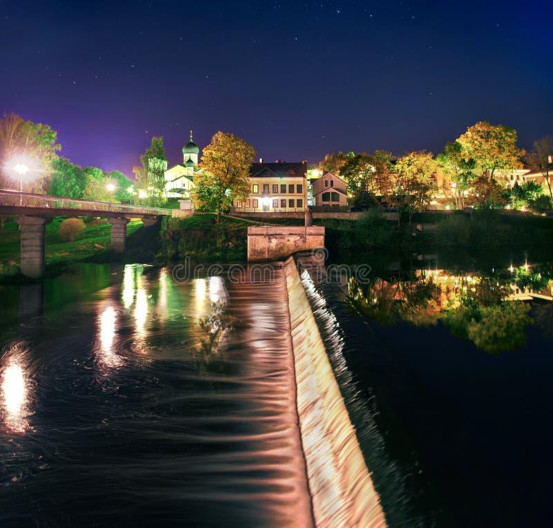 La presa en el río en Pskov fotos de archivo