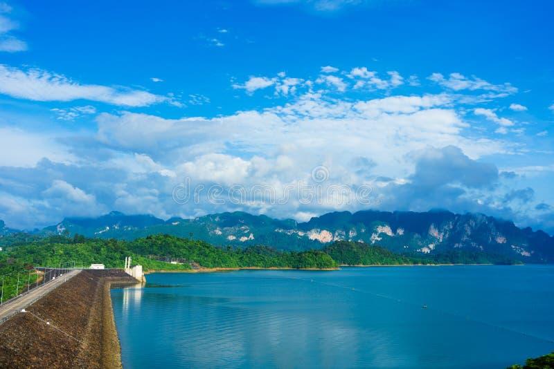 La presa o Cheow Lan Dam de Ratchaprapha es una hermosa vista en Surat T foto de archivo