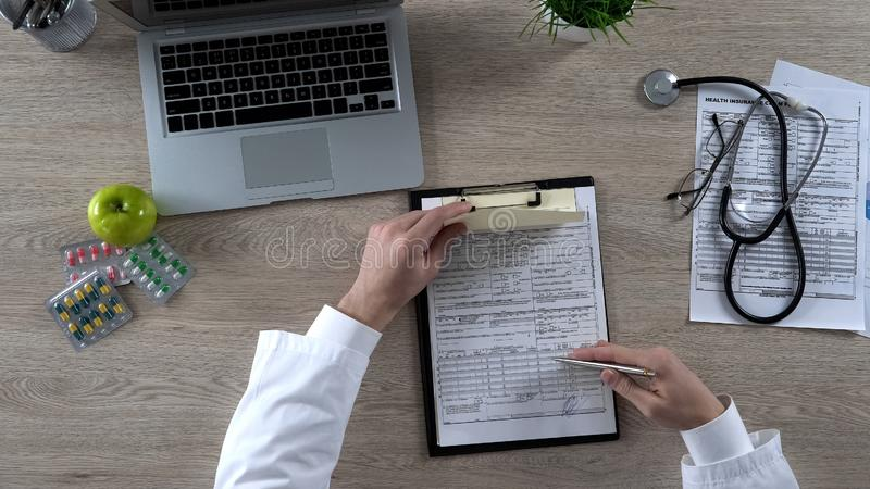 La prescripción del médico de cabecera y el seguro médico de firma forman, reforma de la atención sanitaria imagenes de archivo