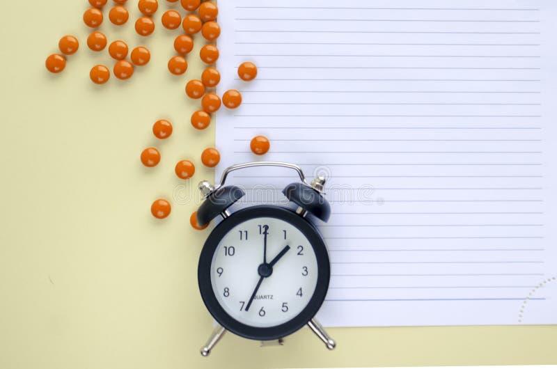 La prescripción, las drogas y las píldoras, miran, comen píldoras a tiempo, anotan en el papel Copie el espacio imagen de archivo libre de regalías