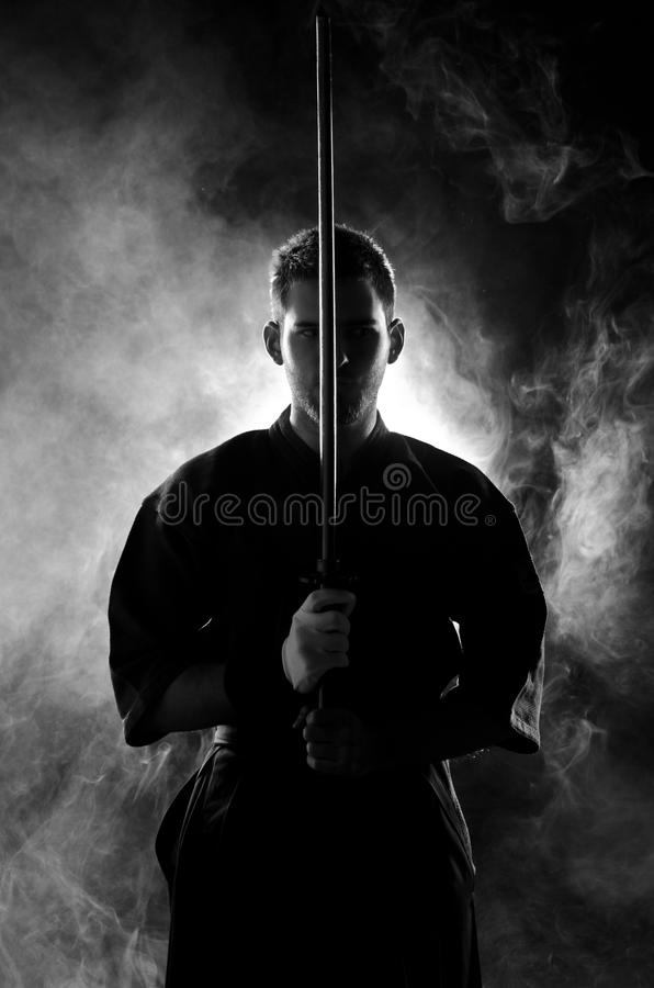 La presentación experta de Kendo con bokken foto de archivo